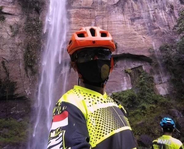 Di bawah guyuran air terjun di Lembah Harau