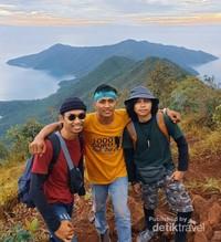 Destinasi Bukit Padamarang ini memiliki ketinggian 650 mdpl itu, ditempuh dengan dua jam berjalan kaki dari pantai.