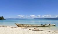 Pemandangan yang menyajikan perahu nelayan yang berada di Pulau Bokori