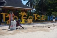 Pulau ini tetap terjaga. Terlihat dengan keberadaan tim kebersihan untuk selalu menjaga kebersihan pulau
