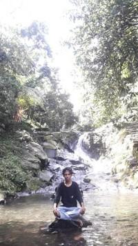 Sungai yang menyambungkan berbagai air terjun di Curug Nangka