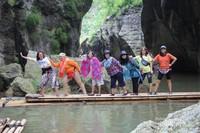 Keseruan menyusuri Sungai Cikahuripan dengan rakit