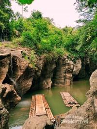 Sungai Cikahuripan meski tak terlalu lebar namun tetap memancarkan keindahannya