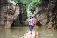 Rakit dan dua tebing menjulang itulah pesona Sungai Cikahuripan si Mini Green Canyon