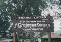 Pintu masuk Gerojokan sewu Tawangmangu
