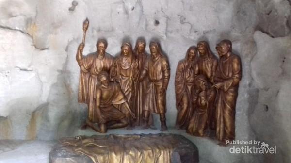 Suasana didalam replika makam Yesus