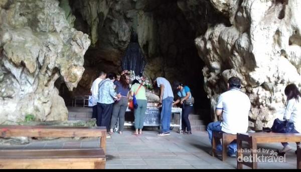 Suasana doa di dalam Gua Maria Tritis
