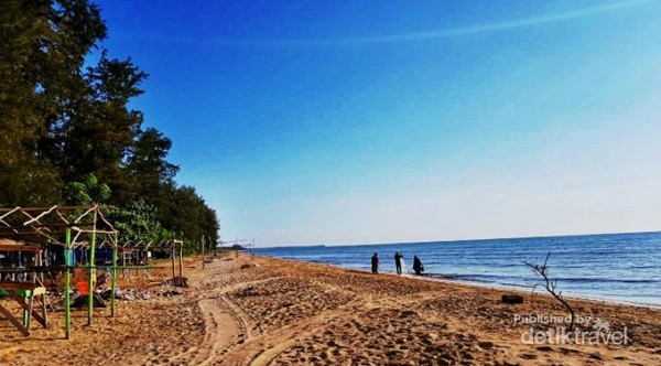 Suasana sore di Pantai Batakan Baru