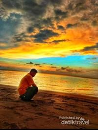 Menunggu matahari tengelam di Pantai Batakan
