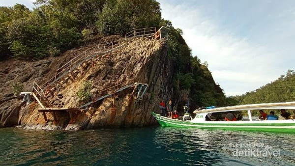 Perahu wisata membawa penumpang ke pulau sironjong