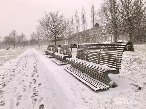 Bangku-bangku taman pun dipenuhi salju
