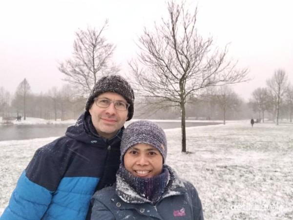 Sejenak berfoto bersama suami saat salju turun