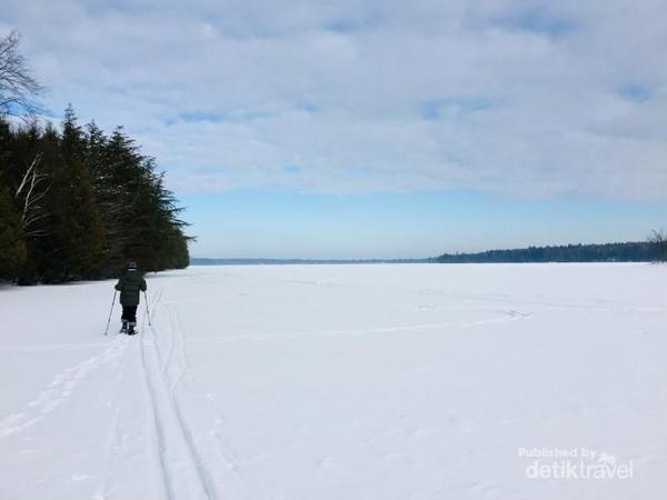 Jalan di atas danau beku di danau Montjoie