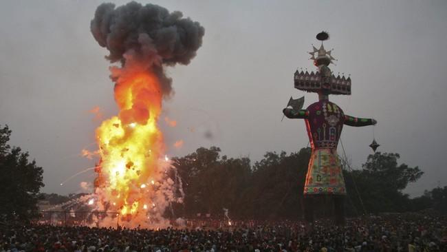 Masyarakat menyaksikan dibakarnya patung sepuluh kepala raja setan Rahwana selama festival Hindu Dussehra yang memperingati kemenangan Dewa Rama atas Rahwana, simbol menangnya kebaikan atas kejahatan. (Reuters/ Munish Sharma)