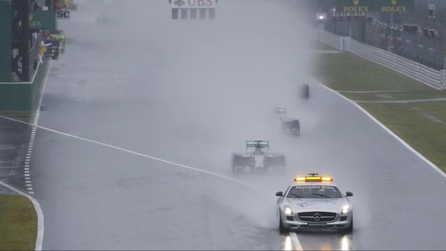 Pebalap Mercedes, Lewis Hamilton, memberi dukungan untuk Michael Schumacher lewat stiker di mobilnya saat tampil di GP Jepang, Minggu (5/10). Hamilton meraih kemenangan kedelapan musim ini di Sirkuit Suzuka. (REUTERS/Yuya Shino)