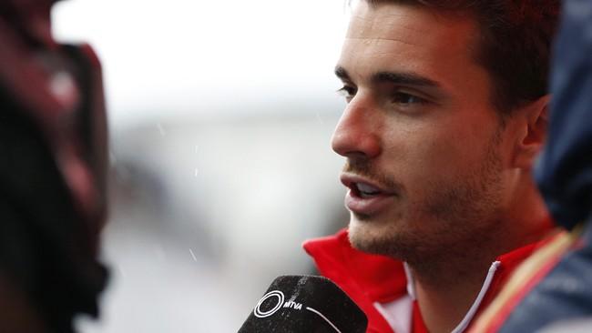 Petugas medis membawa pembalap Marussia, Jules Bianchi, ke rumah sakit usai mengalami kecelakaan pada lap ke-44 GP Jepang, Minggu (5/10). Kecelakaan Bianchi membuat balapan di Sirkuit Suzukia berakhir lebih awal. (REUTERS/Yuya Shino)