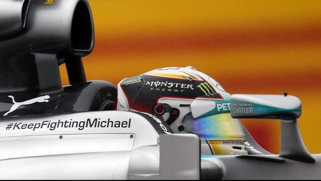 Pebalap Mercedes, Nico Rosberg, melambaikan tangan setelah menjadi yang tercepat di babak kualifikasi GP Jepang di Sirkuit Suzuka, Sabtu (4/10). Rosberg unggul atas Hamilton dan Valtteri Bottas di babak kualifikasi. (REUTERS/Toru Hanai)