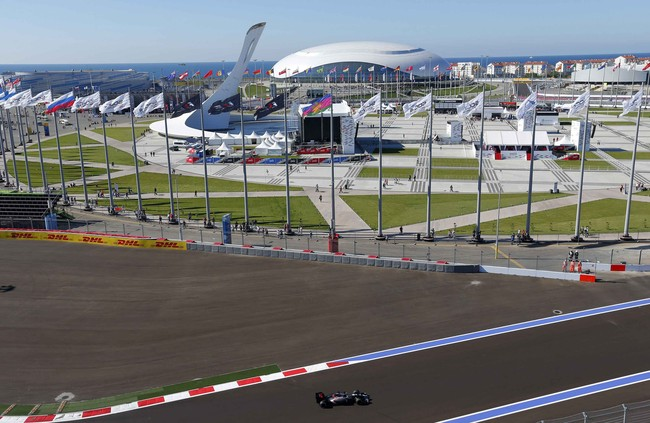 Sempat ada isu tentang pemboikotan Formula 1 dan juga Piala Dunia 2018 yang akan diselenggarakan di Rusia, saat terjadi tragedi jatuhnya maskapai penerbangan Malaysia di perbatasan Rusia-Ukraina. Formula 1 sendiri akrab dengan kontroversi, dengan Ecclestone tetap mengizinkan adanya GP Bahrain ketika terjadi konflik di negara tersebut. (Reuters/Alexei Nikolskyi)