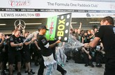 Lewis Hamilton mampu memanfaatkan kesalahan Nico Rosberg dan mengambil alih balapan dan memenangkan GP Rusia. Kini ia memimpin klasemen sementara dengan jarak 17 angka dari Nico Rosberg. Formula 1 masih menyisakan tiga balapan dengan total 100 poin yang bisa diperebutkan. (Reuters/Maxim Shemetov)