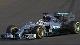 Para mekanik mengangkat mobil yang dikendarai pebalap asal Jerman Nico Rosberg pada sesi latihan ketiga di Sirkuit Sochi, tepat satu hari sebelum laga balapan sesungguhnya dimulai, (Sabtu (11/10).(Reuters/ Maxim Shemetov).