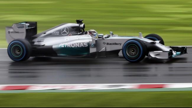 Hujan yang mengiringi balapan di Sirkuit Suzuka membuat pebalap harus mengganti ban mereka lebih cepat dari seharusnya. Pun dengan Nico Rosbergyang harus masuk pit lebih awal, Minggu (5/10). (Reuters/Yuriko Nakao/Pool).