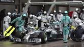 Pebalap Inggris dari tim Mercedes Lewis Hamilton terus berkejaran dengan rekan satu timnya, Nico Rosberg, memimpin balapan sejakdiF1 GP diSirkuit Suzuka, Minggu (5/10). (Reuters/ Toru Hanai).
