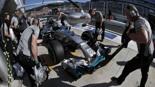 Pebalap Mercedes Nico Rosberg memimpin sementara di barisan terdepan berdampingan dengan Lewis Hamilton saatstartGP Formula 1 Rusia di Sirkuit Sochi, Minggu (12/10). (Reuters/ Lazlo Balogh).