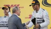 Lewis Hamilton memacu tunggangan besi Mercedes-nya memimpin balapan Grand Prix Formula 1 yangb digelar pertama kalinya di Sirkuit Sochi Autodrom, Rusia,Minggu (12/10). (Reuters/ Laszlo Balogh).