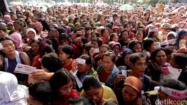Presiden Jokowi menjanjikan program untuk warga miskin seperti kartu sehat dan kartu miskin yang diharapkan bisa meningkatkan kesejahteraan masyarakat. Sejumlah pihak menilai program ini memerlukan persiapan lebih rinci karena bisa menimbulkan masalah baru di masa depan.(Detik Foto/Ari Saputra)