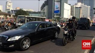 Jokowi Bagikan Sembako ke Pengemudi Ojol di Pinggir Jalan