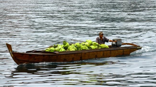 Perahu pancung mengangkut muatan gas elpiji tiga kilogram di peraran Pulau Belakang Padang, Batam, Selasa (21/10).(Antara Foto/Joko Sulistyo)