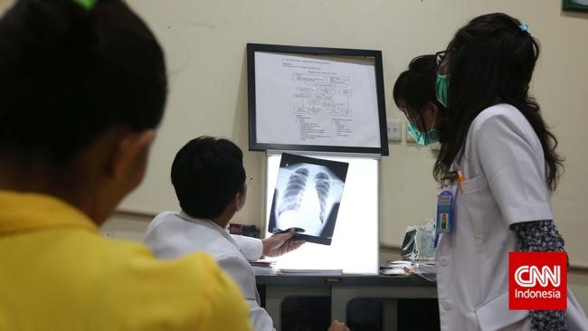 Peraturan BPJS Kesehatan itu dinilai masih sarat berbau peraturan kepesertaan asuransi komersial dan bukan jaminan sosial yang bersifat wajib. (CNN Indonesia/Safir Makki)