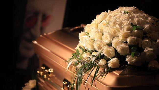 Pengantin Wanita Diantar Peti Mati Menuju Altar