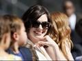 Perut Membuncit, Anne Hathaway Hamil?