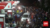 Mobil dan motor antre mengisi bahan bakar minyak (BBM) bersubsidi disebuah stasiun pengisian bahan bakar umum (SPBU) di Jakarta, Senin, 17 November 2014, jelang pengumuman kenaikansebesar Rp2.000 untuk jenis premium dan solar.(CNN Indonesia/Safir Makki)