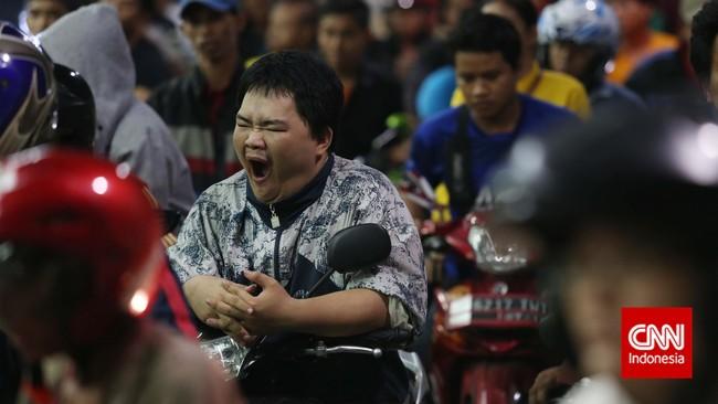 Tak hanya membawa anak kecil ke antrean, pengendara juga rela melawan kantuk saat antre mengisi bahan bakar minyak (BBM) bersubsididisebuah stasiun pengisian bahan bakar umum (SPBU) di Jakarta, Senin, 17 November 2014.(CNN Indonesia/Safir Makki)