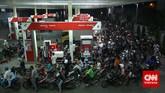 Ratusan motor yang mengantre untuk mengisi bahan bakar minyak (BBM)terlihat memadatisebuah stasiun pengisian bahan bakar umum (SPBU) yang terletak Ibu Kota Jakarta, Senin, 17 November 2014. (CNN Indonesia/Safir Makki)