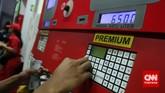 Seorang petugas sedang mengisi bahan bakar minyak (BBM) bersubsidi jenis premium ke kendaraan seorang pengendara mobil di sebuah stasiun pengisian bahan bakar umum (SPBU) diJakarta, Senin, 17 November 2014. (CNN Indonesia/Safir Makki)