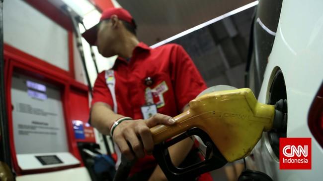 Tidak hanya kendaraan roda dua, pemilik kendaraan roda empat atau mobil juga terlihat mengisipenuh tangki bensinnya jelang pengumuman kenaikan harga bahan bakar minyak (BBM) oleh Presiden Joko Widodo di Istana Merdeka, Jakarta, Senin, 17 November 2014.(CNN Indonesia/Safir Makki)