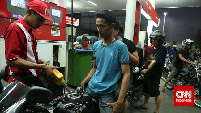 Pemerintah akhirnya menaikan harga jual eceran BBM Bersubsidi dari Rp6.500 menjadi Rp8.500 per liter untuk premium dan solar yang sebelumnya Rp5.500 menjadi Rp7.500 per liter mulai 18 November 2014. (CNN Indonesia/Safir Makki)