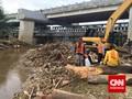 Pembongkaran Tumpukan Sampah Ciliwung di Kalibata Terkendala