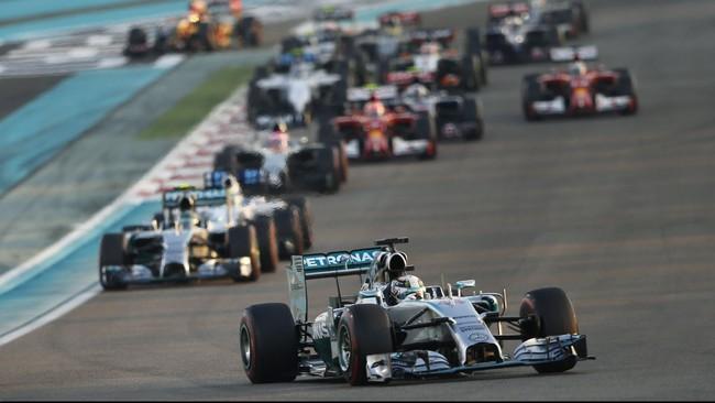 Lewis Hamilton mengejutkan semua orang dengan langsung menyalip Nico Rosberg ketika balapan baru saja dimulai. Di sesi kualifikasi, Hamilton sendiri berada di urutan kedua dengan Nico Rosberg merebut pole position. (Reuters/Ahmed Jadalla)