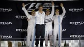 Hamilton berada di podium bersama dengan bos tim Mercedes, Toto Wolff. Sebelum balapan, Wolff sendiri berkata bahwa Mercedes akan berlaku adil dan membiarkan kedua pembalapnya bertarung dengan adil. (Reuters/Hamad I Mohammed)