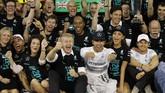 Seusai balapan, Nico Rosberg langsung menghampiri Hamilton dan memberinya ucapan selamat. Rosberg yang turut serta dalam perayaan gelar juara Hamilton juga berkata bahwa Hamilton lebih baik dari dirinya musim ini. (Reuters/Caren Firouz)