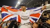 Gelar juara dunia direbut Hamilton dengan mendominasi musim 2014. Dengan kemenangan di Abu Dhabi, Hamilton tercatat memenangkan 11 balapan di musim ini, menyamai raihan Michael Schumacher dan Sebastian Vettel yang pernah memenangkan lebih dari 10 balapan dalam satu tahun. (Reuters/Hamad I Mohammed)