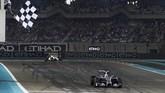 Hamilton ketika menyelesaikan balapan dengan menjuarai GP Abu Dhabi. Kemenangan ini memastikan dirinya merebut gelar juara keduanya, dengan yang pertama direbut ketika ia masih membalap untuk McLaren. (Reuters/Hamad I Mohammed)