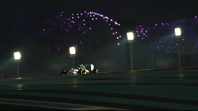 Satu dari beberapa keunikan GP Abu Dhabi adalah para pembalap mengalami pergantian waktu, dengan balapan dimulai pada sore hari namun berakhir pada malam hari. (Reuters/Caren Firouz)