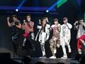 Dandanan Unik Fans Menikmati Konser 2PM