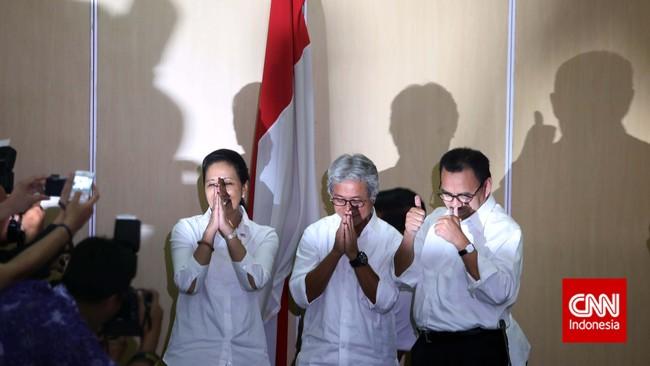 Menteri BUMN Rini Soemarno, Dirut Pertamina Dwi Soetjipto, dan Menteri ESDM Sudirman Said berfoto bersama usai memberikan keterangan pers di Kementerian BUMN.