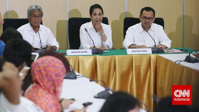 Awak media mendengarkan penjelasan yang disampaikan Menteri ESDM Sudirman Said saat mengumumkan Dwi Soetjipto sebagai Dirut Pertamina yang baru.